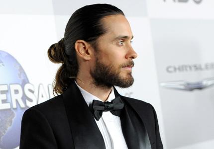 Jared Leto capelli raccolti chignon elegante